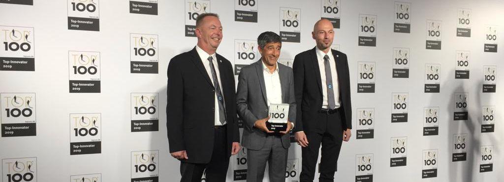 Auf der Bühne: CONFIDO Geschäftsführer Sven Dreyer, Mentor des Wettbewerbs Ranga Yogeshwar, CONFIDO Geschäftsführer Bernd Schneider (im Bild von links nach rechts).